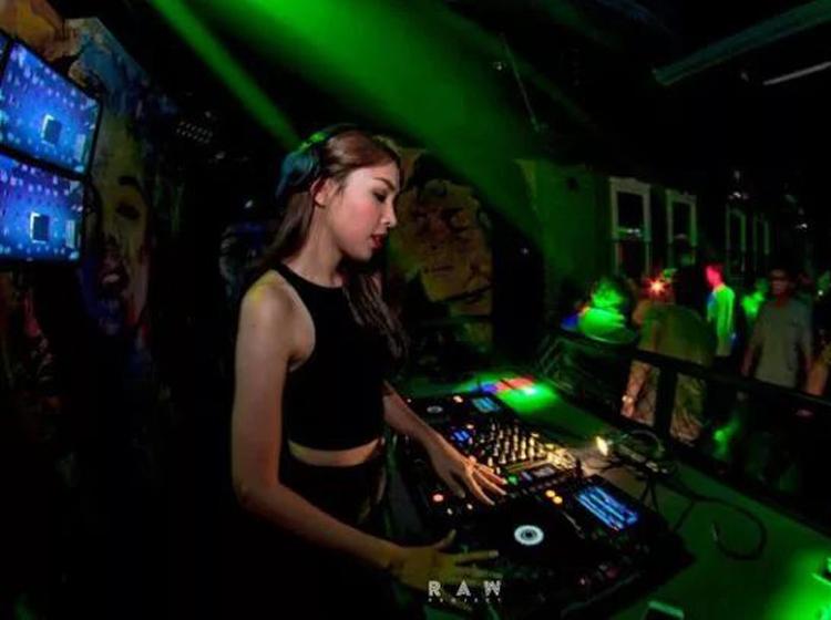 全中文国语Club《月亮惹的祸》,夜店气氛串烧舞曲大碟! dj438.com